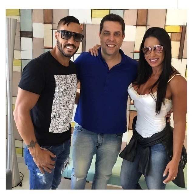 Da esq. para a dir., o cantor Belo, o dentista Anderson Bernal, e a modelo e mulher do cantor, Gracyanne Barbosa