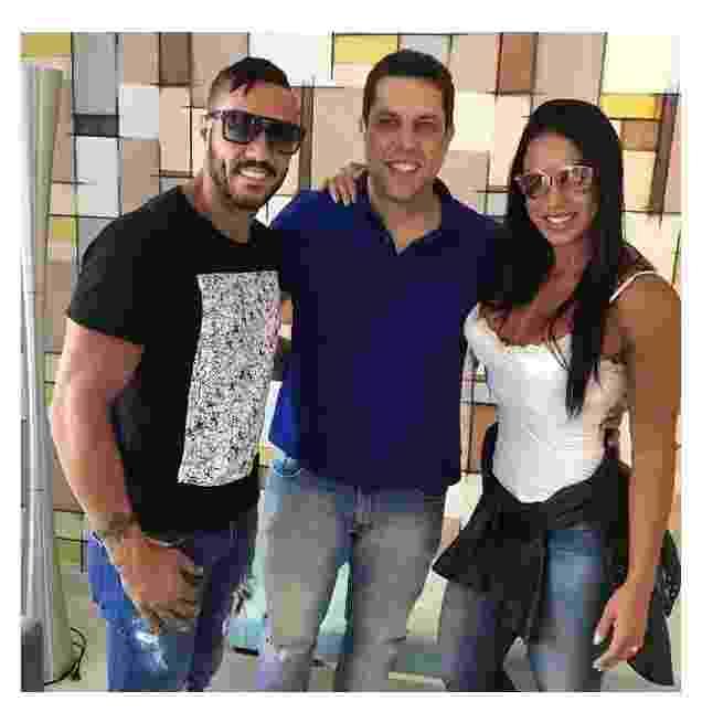 Da esq. para a dir., o cantor Belo, o dentista Anderson Bernal, e a modelo e mulher do cantor, Gracyanne Barbosa - Divulgação
