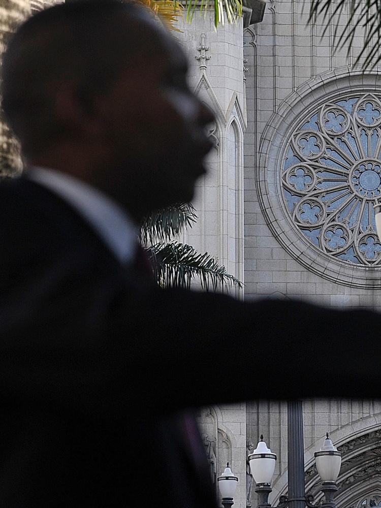5.abr.2017 - O pastor Edmilson Roque da Silva, 47, que prega ao ar livre na praça da Sé. Ele é integrante da Assembleia de Deus