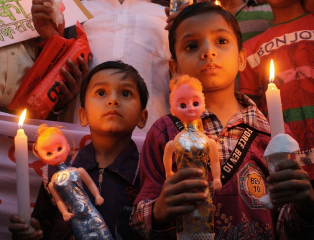 22.abr.2013 - Crianças participam de protesto contra estupro de menina de 5 anos de idade em Nova Délhi (Índia)