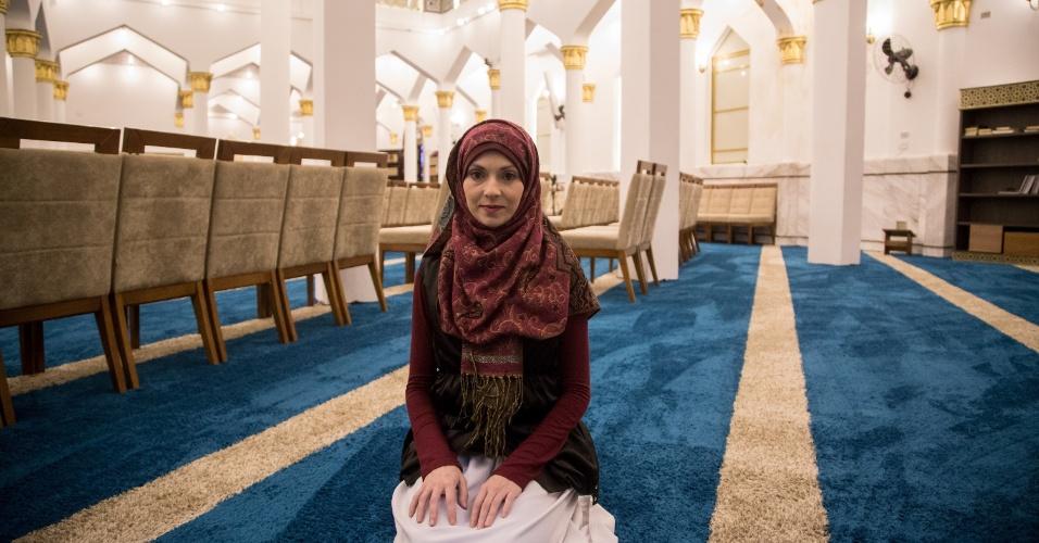 7.jun.2017 - A brasileira e muçulmana Renata Rosa, 37, na Mesquita Brasil, na região central de São Paulo, antes da celebração de quebra de jejum do Ramadã