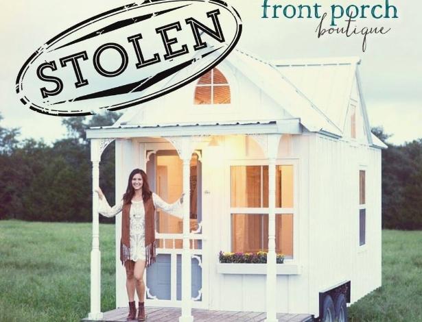 """Lisa Stubblefield mostra casa com o anúncio de """"Roubado"""" na imagem que ela divulgou nas redes sociais"""
