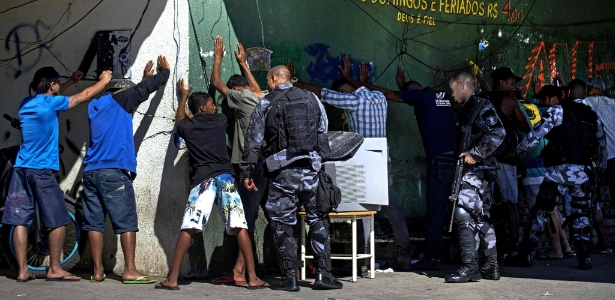 PM revista moradores após morte de cabo durante ataque à UPP da Mangueira