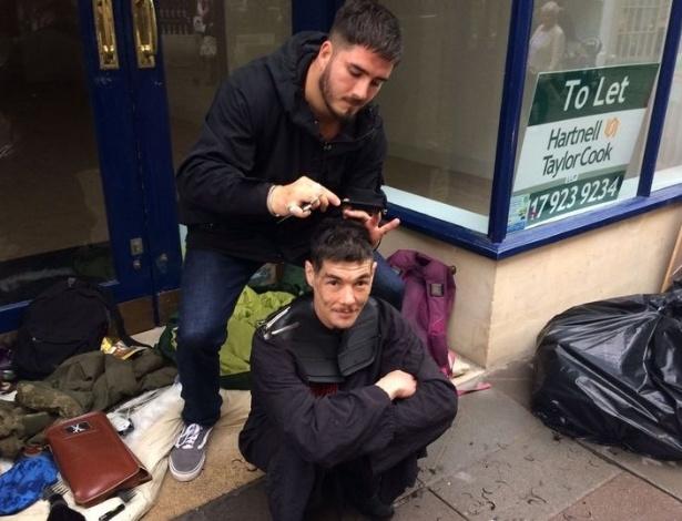 Eddie Ilic oferece cortes de cabelo de graça a moradores de rua