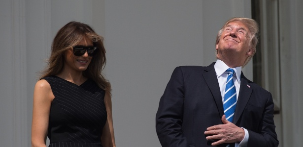 21.ago.2017 - O presidente dos EUA, Donald Trump, e a primeira-dama, Melania Trump, observaram o eclipse solar da varanda da Casa Branca, em Washington