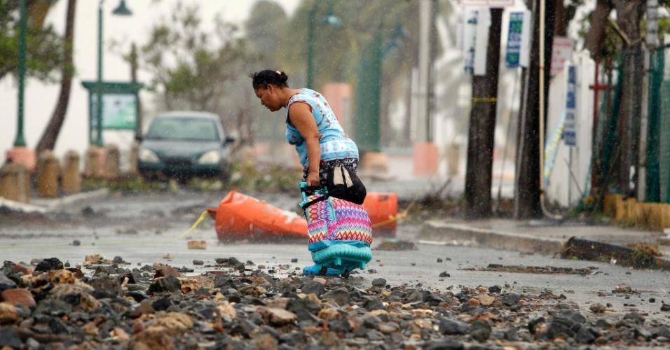 7.set.2017 - O furacão Irma passou por Porto Rico na noite de quarta e pela manhã era possível ver as cenas de destruição deixadas nas cidades. Moradores tentavam arrumar suas casas e levar a vida após a tempestade
