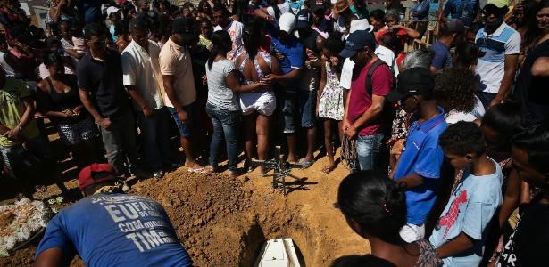 Enterro de Ana Clara Ferreira Silva, 4, reuniu uma multidão em Janaúba (MG)