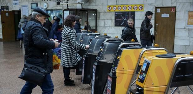 Passageiros são vistos passando por catracas para entrar no metrô de Kiev, na Ucrânia