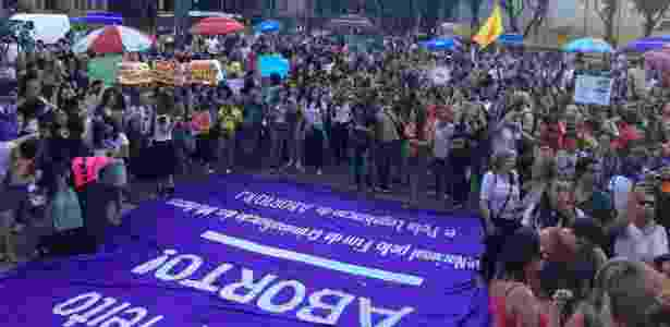 13.nov.2017 - No Rio, mulheres se reúnem na Candelária contra PEC 181 - Marina Lang/UOL - Marina Lang/UOL