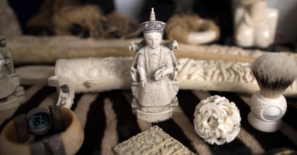 28.dez.2017 - Esculturas feitas de marfim de elefante são vistas em armazém da polícia de Londres onde são guardados objetos apreendidos com comerciantes ilegais