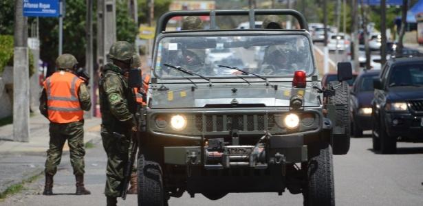 Soldados do Exército fazem patrulhamento no bairro de Ponta Negra, em Natal, nesta terça-feira (2)