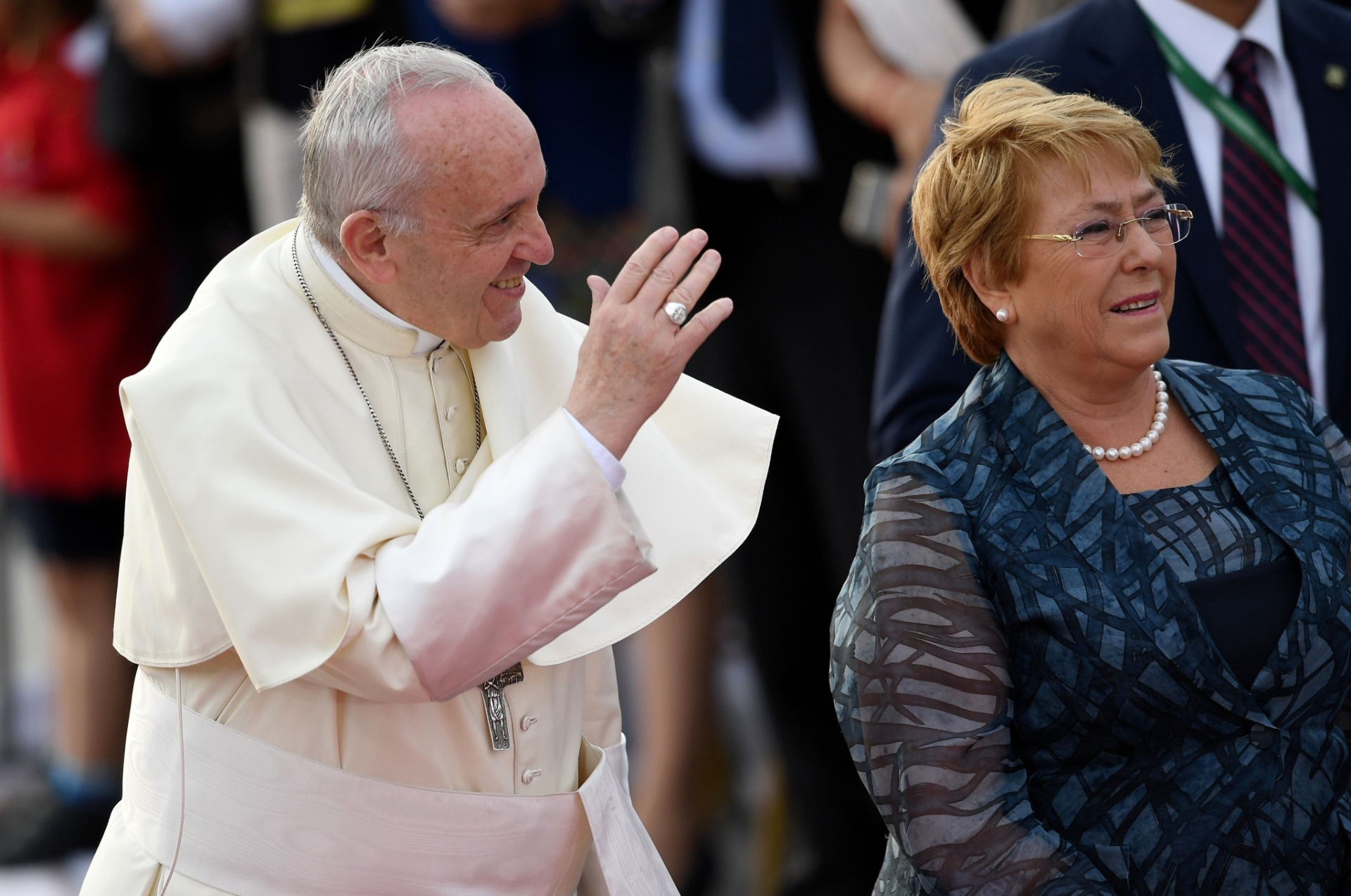 A presidente do Chile, Michelle Bachelet, recebe o papa Francisco