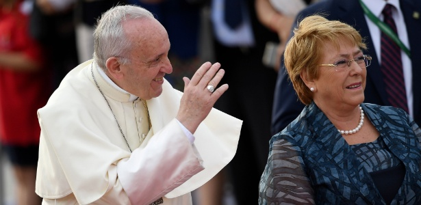 16.jan.18 - A presidente do Chile, Michelle Bachelet, recebe o papa Francisco