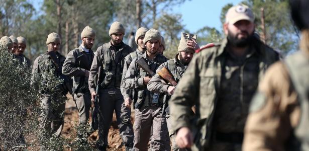 29.jan.2018 - Rebeldes sírios apoiados pela Turquia marcham no norte de Azaz em ofensiva contra os curdos na fronteira de Afrin, na Síria