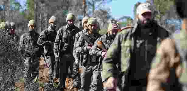 29.jan.2018 - Rebeldes sírios apoiados pela Turquia marcham no norte de Azaz em ofensiva contra os curdos na fronteira de Afrin, na Síria - Nazeer al-Khatib/AFP
