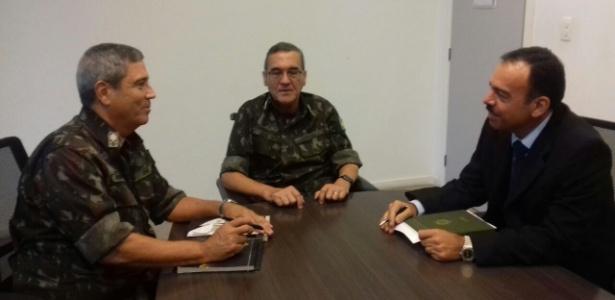 Gen. Walter Braga Netto (à esq.), comandante Eduardo Villas Boas (centro) e gen. Richard Nunes (à dir.)