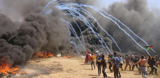 6abr2018 - Gás lacrimogênio é lançado sobre manifestantes em Gaza, durante confronto na fronteira