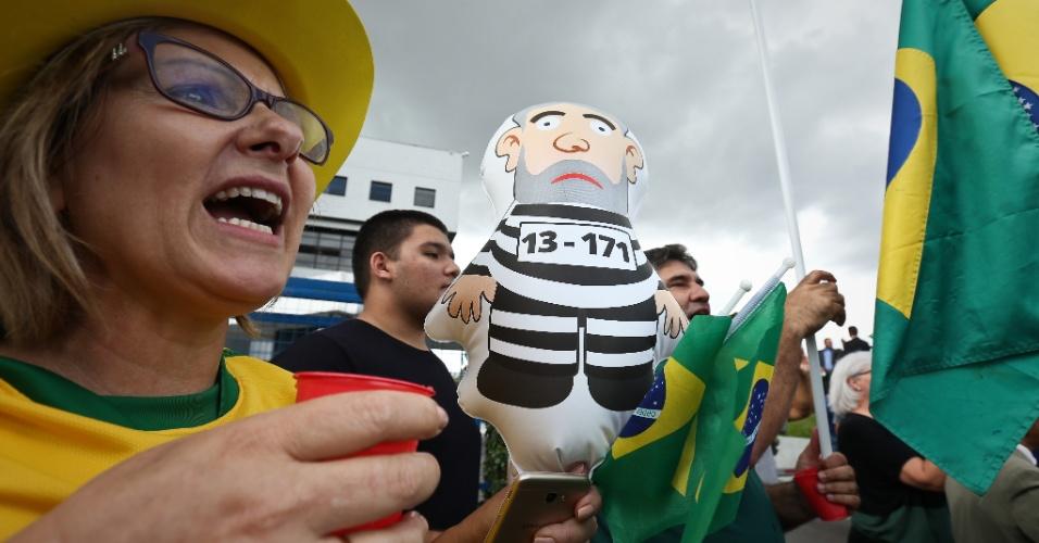 Manifestantes anti-Lula fazem festa em frente ao predio da Policia Federal em Curitiba