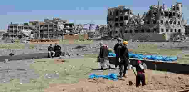 Sírios desenterram corpos - Delil Souleiman/AFP - Delil Souleiman/AFP