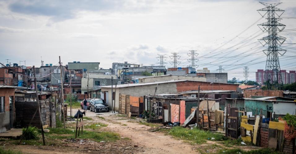 14.abr.2018 - Ocupação Caguaçu, em São Mateus, mescla casas de madeira e de alvenaria