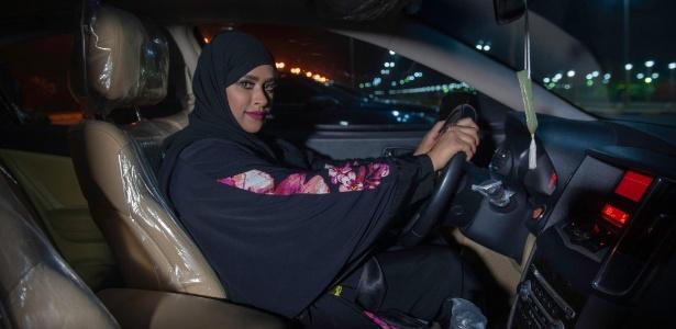 Sabika Al Dosari dirige pela primeira vez na Arábia Saudita logo após o fim da proibição - AFP PHOTO / HUSSAIN RADWAN