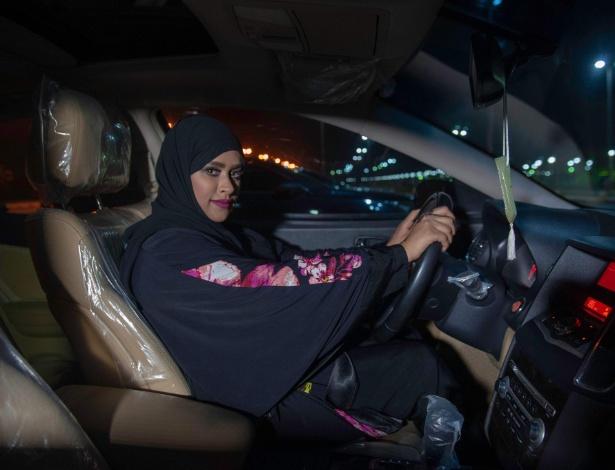 Sabika Al Dosari, apresentadora de televisão saudita, dirige pela fronteira entre Arábia Saudita e Bahrein logo após o fim da proibição de mulheres sauditas dirigirem carros na Arábia Saudita - AFP PHOTO / HUSSAIN RADWAN