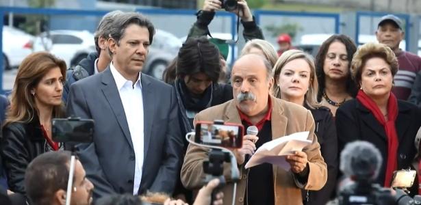 11.set.2018 - Advogado Luiz Eduardo Greenhalgh lê carta do ex-presidente Lula em que ele anuncia Fernando Haddad como candidato do PT à Presidência