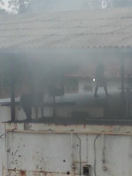 29.jul.2019 - Presos aparecem sobre telhado em meio a fumaça durante rebelião nesta manhã - Reprodução