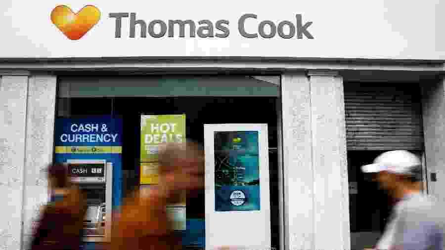 Pessoas caminham em frente a uma loja fechada da Thomas Cook em Londres - Henry Nicholls/Reuters