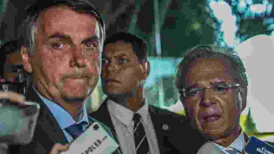 O presidente Jair Bolsonaro, e o ministro da Economia, Paulo Guedes, concedem entrevista na porta do Ministério da Economia, em Brasília - Gabriela Biló/Estadão Conteúdo