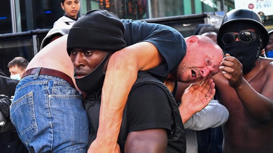 13.jun.2020 - Manifestante carrega homem ferido em protesto do Black Lives Matter em Londres, na Inglaterra - Dylan Martinez/Reuters