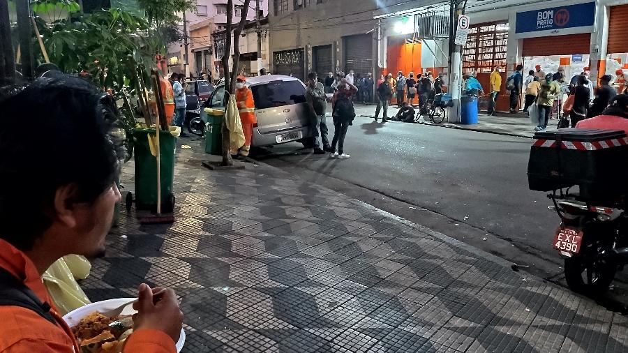 Homem janta marmita distribuída gratuitamente a moradores de rua no restaurante Bom Prato no centro de São Paulo; medida foi revogada em 30 de setembro pelo Governo de SP - Marcelo Oliveira/UOL