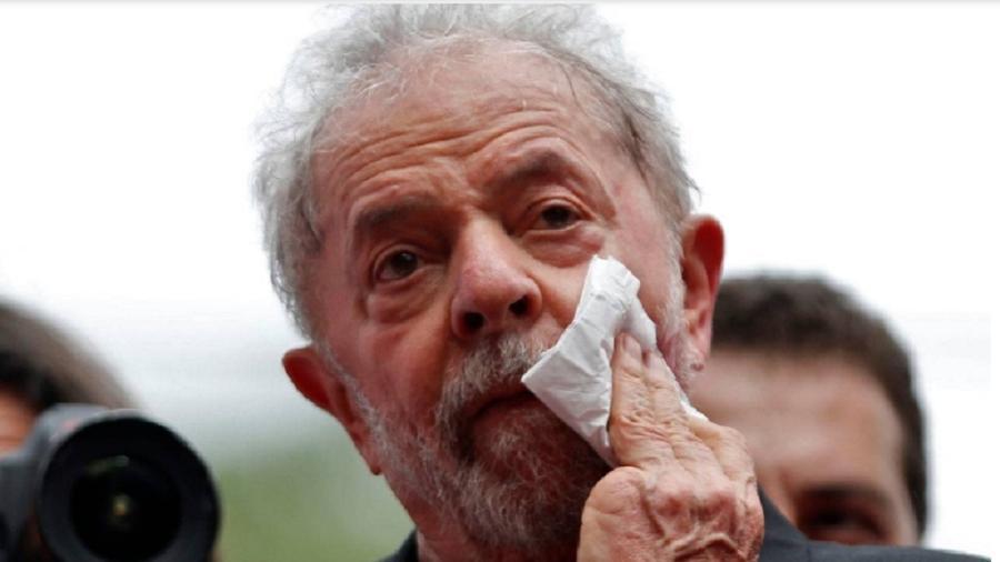 Lula chora ao discursar depois da condução coercitiva, em 2016. Abuso de autoridade de Sergio Moro ficou sem punição - Miguel Schincariol/AFP.