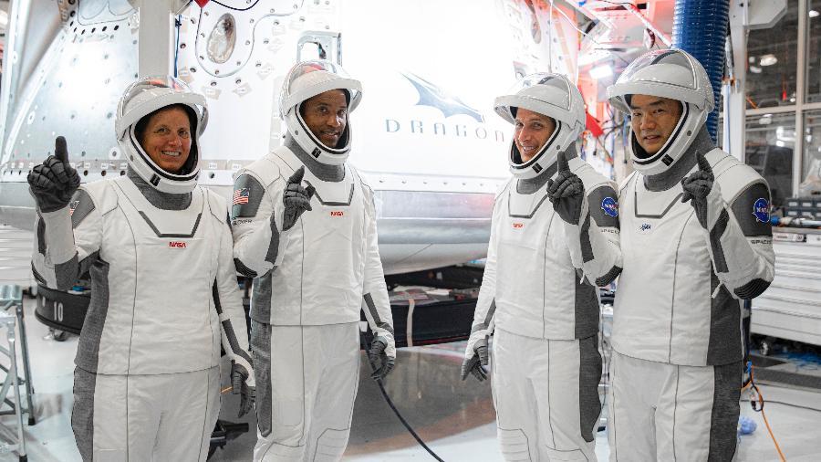 Da esquerda para a direita: Shannon Walker, Victor Glover, Michael Hopkins (da Nasa), e Soichi Noguchi (da Jaxa)  - Reprodução/Twitter/SpaceX