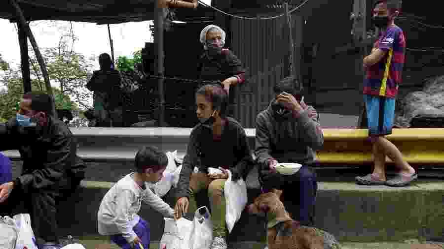 Apesar de fronteiras fechadas e pandemia, venezuelanos desesperados tentam retornar à Colômbia - STRINGER/REUTERS