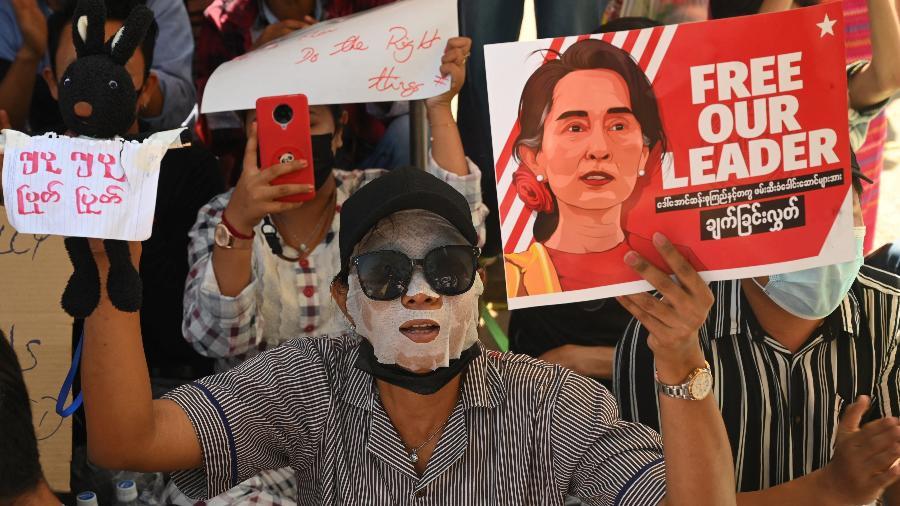 Manifestante exibe cartaz pedindo a libertação de Aung San Suu Kyi, chefe de governo deposta em Mianmar por um golpe militar - Sai Aung Main/AFP