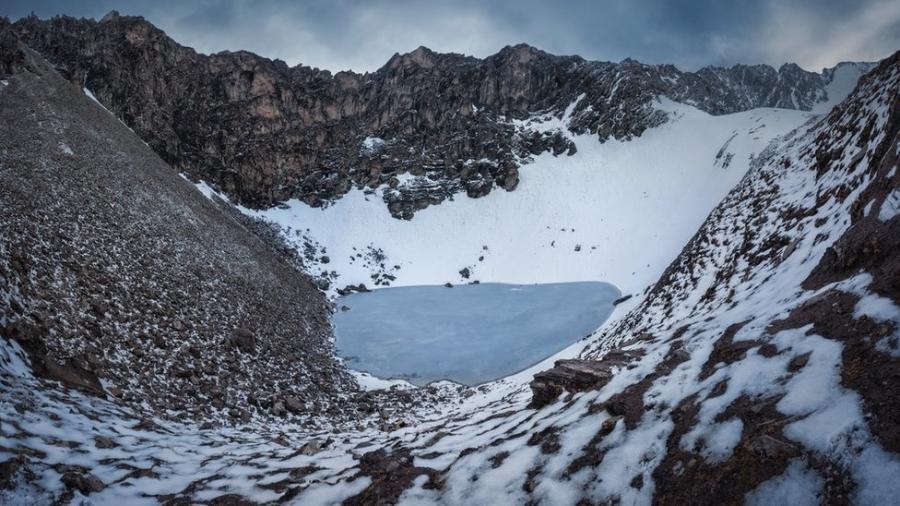 O lago Roopkund está localizado em uma encosta na cordilheira do Himalaia - Atish Waghwase
