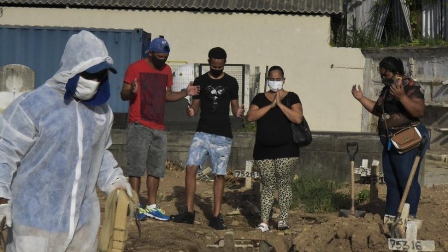 Brasil teve mais de 4 mil mortes diárias pela covid-19 pela primeira vez desde início da pandemia - mais que o dobro do recorde registrado há um mês - Fábio Teixeira/Anadolu Agency via Getty Images