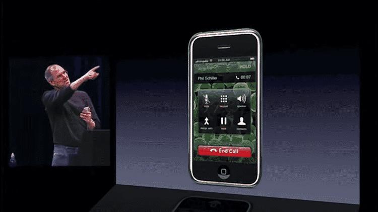 Steve Jobs apresentando o primeiro iPhone em 2007 - Reprodução - Reprodução