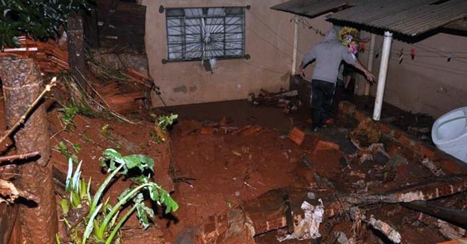 13.jul.2015 - Morador caminha por destroços de casa atingida pelas fortes chuvas na cidade de Jandaia do Sul, no Paraná. As chuvas do final de semana danificaram mais de 1.200 casas em todo o Estado