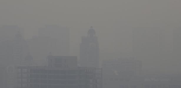 Camada de poluição encobre a visão de prédios em Pequim, China, nesta segunda-feira