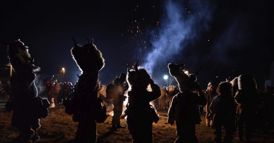 13.jan.2016 - Crianças participam de festival no vilarejo de Vitanovtsi, na Bulgária. Evento conta com pessoas vestidas com peles de animais e carregando tochas por ruas locais. Anualmente em todo inverno, milhares de búlgaros saem de casa em celebrações tradicionais para espantar os espíritos ruins, por boa saúde e fertilidade