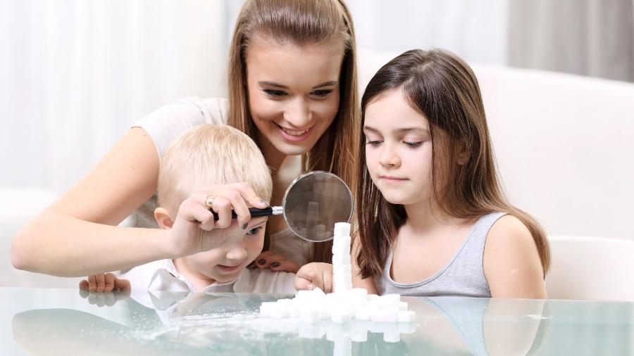 Sistema popular no universo anglo-saxão consiste em uma família hospedar e pagar pouco dinheiro para um jovem estrangeiro que aprende inglês - Getty Images