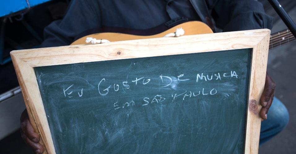 """""""Eu toco na Rua. Adoro MPB, adoro a parte artística de São Paulo. As músicas que mais gosto são do Tim Maia, Jorge Ben, Bebeto e das minhas próprias. São Paulo é um berço de música popular""""."""