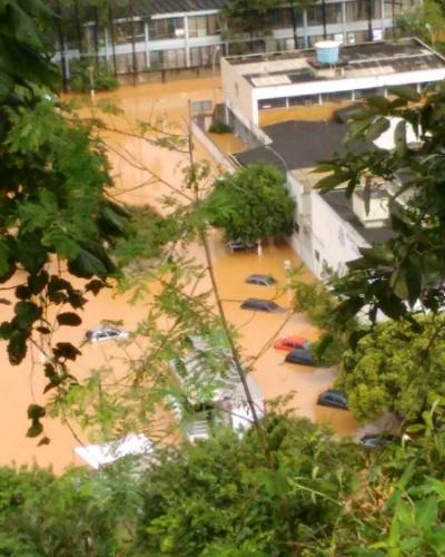 11.mar.2016 - Estacionamento de delegacia em Franco da Rocha, na Grande São Paulo, fica alagado após chuvas. Imagem enviada pelo internauta Thiago Basilio de Oliveira para o WhatsApp do UOL - (11) 95520 5752