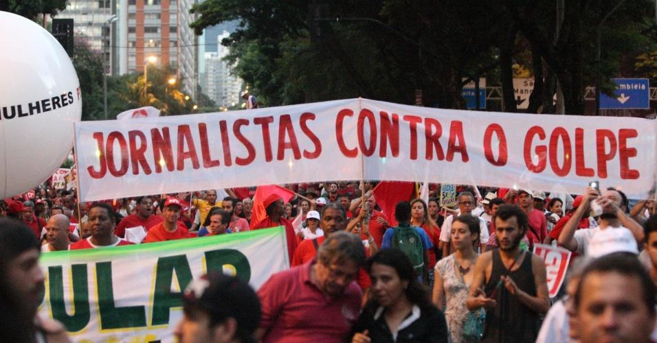18.mar.2016 - Manifestantes erguem faixa onde se lê