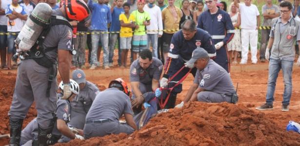 Ao menos dez bombeiros trabalharam no resgate dos corpos, que durou mais de uma hora