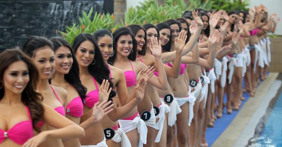 29.mar.2016 - Candidatas acenam durante apresentação que acontece antes do concurso Miss Filipinas 2016 na cidade de Quezón. Pia Alonzo, a Miss Universo 2015, é filipina. Ela foi coroada logo depois de o apresentador errar o nome da vencedora nos EUA