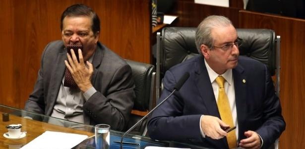Jovair Arantes (PTB-GO), relator do processo de impeachment acompanha discursos no plenário da Câmara ao lado do presidente da casa, Eduardo Cunha (PMDB-RJ)
