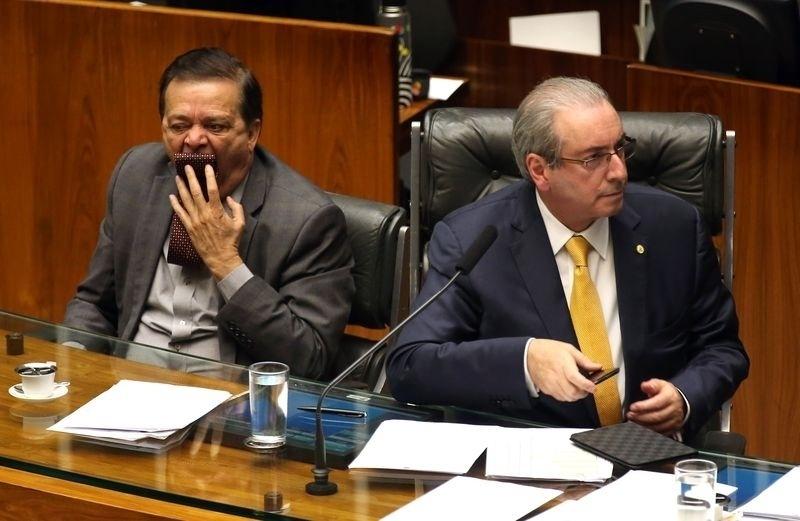 15.abr.2016 - Relator do processo de impeachmet da presidente Dilma Rousseff, Jovair Arantes (PTB-GO) leva a gravata à boca durante sessão no plenário da Câmara dos Deputados. Ao seu lado, o presidente da Casa, Eduardo Cunha (PMDB-RJ)
